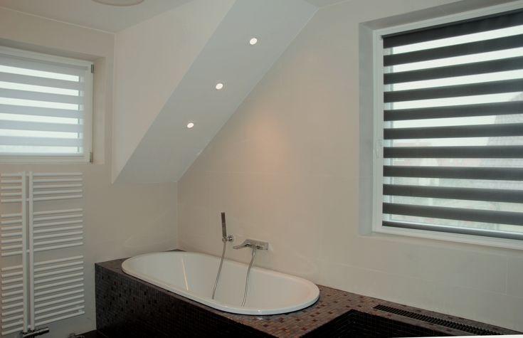 Une salle de bain moderne et très tendance avec le store jour nuit tamisant blanc ou noir ! #store #blind #surmesure #blanc #white #noir #black #ideedeco #deco #storesdiscount