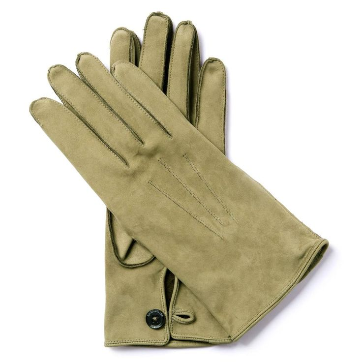 M.V.B.37 SILVER ARROWS COLLECTION Von Brauchitsch won three Grand Prix races, but it was his first win, in Monaco in 1937, that set a speed record that would stand for 18 years. The legacy of his gloves survives to this day. They are universal style gloves made from olive-coloured mocheto, the most luxurious cowhide leather available.