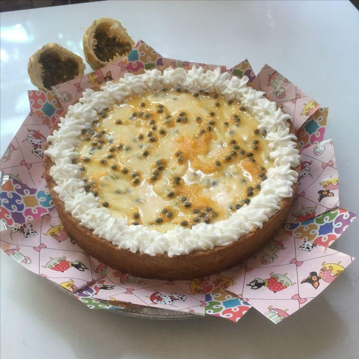 Pie de Maracuya. Masa de galleta, relleno de leche condensada, maracuya y yemas de huevo, cubierto con maracuya y glasé  #maracuya #piedemaracuya