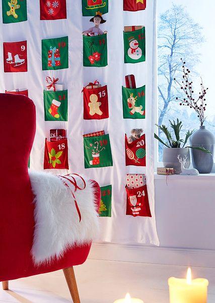 Advent, Advent... egy ilyen adventi naptárt még soha nem látott! Töltse fel a zsebeket a kedvesének vagy szerezzen örömet saját magának. Vicces, digitális mintázattal díszített zsebek, melyek elég nagyon ahoz, hogy kisebb ajándékokat és meglepetéseket elrejtsen benn. A rúdra húzható akasztási módjával pillanatok alatt felakasztható. Kellemes karácsonyi ünnepeket kívánunk Önnek, sok apró meglepetéssel. Dekoráció nélkül. Felső anyag: 100% poliészter
