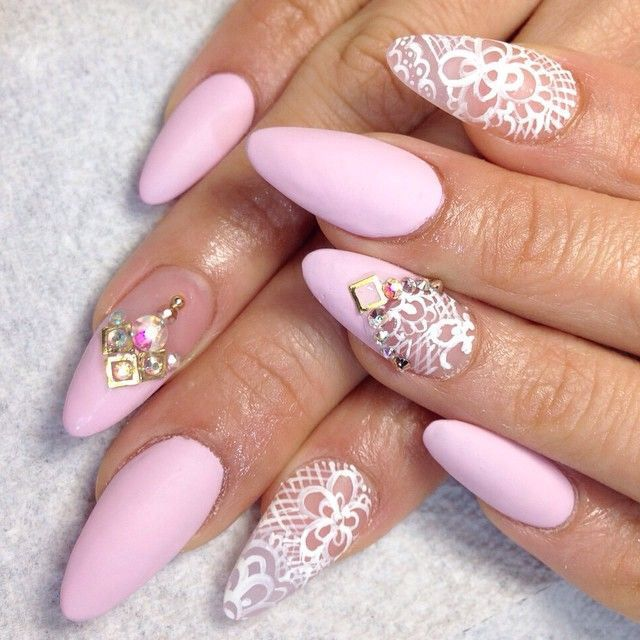 Decoración de uñas rosa con accesorios para eventos y ocasiones elegantes - Elegant pink and white Nail Design for important moments