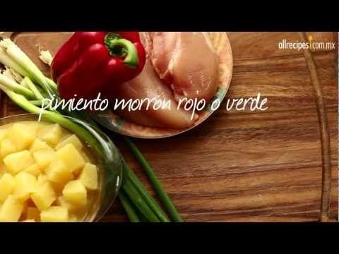 Fajitas de pollo marinadas en una salsa de soya con aceite de oliva y páprika, y sofritas con pimiento morrón y piña. ¡Una receta fácil y deliciosa!