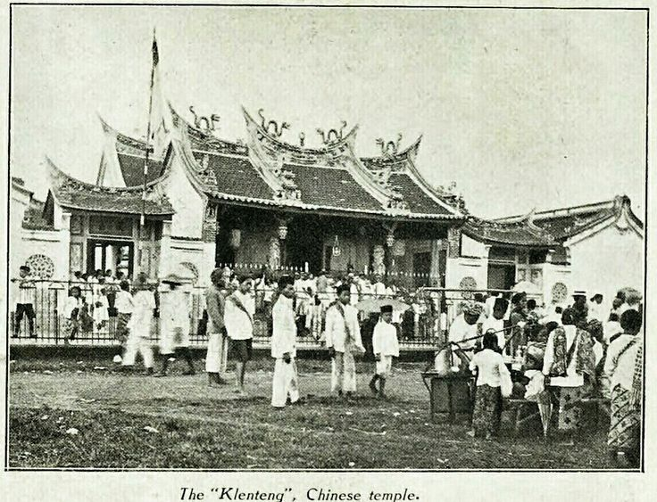 The Kelenteng Chinese Temple in Bandoeng circa 1929.