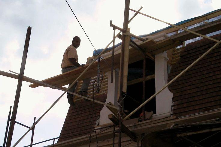 Travaux de couverture : la pose des tuiles à  très bien avancé // TEXAS Bâtiment - texasbatiment@orange.fr - Tél 0141810290