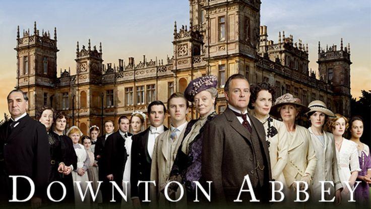 """ダウントン・アビー +++++  全世界空前の社会現象!! この海外ドラマは """"事件"""" になる…。貴族のプライド、使用人の野望、絡まる愛憎。今世紀最高の傑作英国サスペンス・ドラマ! 高貴の裏には、好奇が潜む。第1次世界大戦勃発直前の1912年。イングランド郊外にたたずむ大邸宅 """"ダウントン・アビー"""" で暮らす貴族グランサム伯爵一家は、タイタニック号沈没の報せに騒然となる。家督を相続するはずだった長女の婚約者が帰らぬ人となったからだ。グランサム卿には娘しかない。よそ者に財産を引き渡したくない母親と妻は策謀をめぐらせる。一方、一族に仕える使用人たちにも突然の出来事が起こる。ある日、戦争で負傷し左足が不自由の男ベイツが、伯爵付従者として赴任してきたのだ。この、ひとりの新参者の登場で、ダウントン邸に渦巻くさまざまな秘密が、静かに暴かれ始めていく…。"""
