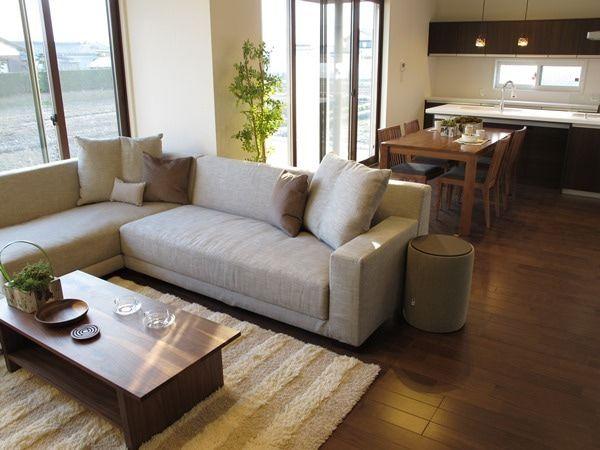 広いリビングダイニング 3m近いの大きなソファとテレビボードを提案
