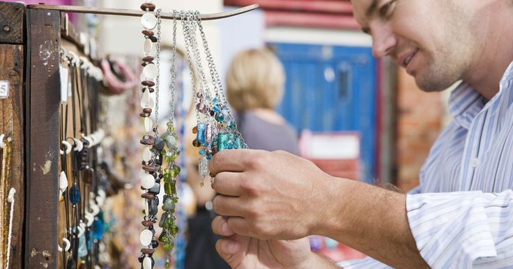 Como fazer colares de resina. Em vez de comprar joias em lojas, faça seus próprios pingentes de colares em resina. As joias de resina são transparentes, mas, quando misturadas com um catalisador, se tornam duras como plástico após prontas. Você pode adicionar inclusões, pigmento para cor, brilho ou cacos de vidro à resina. Despeje-a em moldes ou molduras de joias vazias, que ...