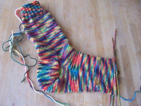 Dit deel is maar kort want je sok is nu bijna klaar! Meet de onderkant van je eigen voet. Trek daar 5 cm vanaf en dat is het aantal cm waar je stop met breien aan het voetgedeelte. Het teengedeelte...