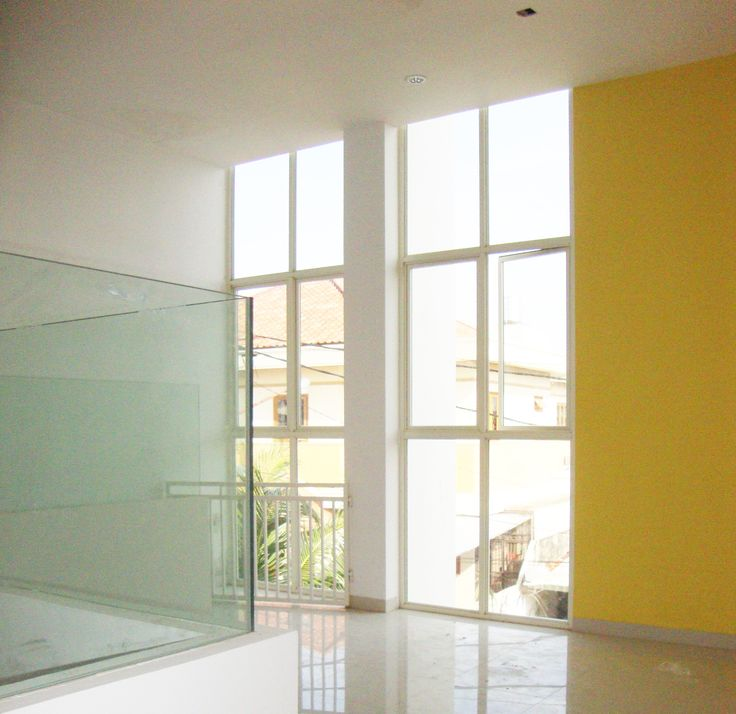 salah satu sudut rumah yang cukup menarik karena kombinasi warna dan jendela yang berdampingan