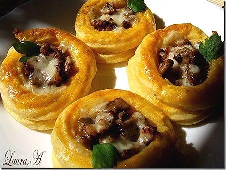 Cosulete de cartofi cu ciuperci champignon reteta. Cum se prepara cosuletele de cartofi umplute cu ciuperci champignon si cascaval.