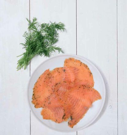 Tagliatelle salmone e salvia - Scongela il salmone. Cuoci la pasta al dente. Taglia il salmone a striscioline. Riscalda una padella senza olio, fai tostare i pinoli finché saranno dorati. Lasciali raffreddare. Grattugia il formaggio. Versa del burro in una casseruola, fallo sciogliere, aggiungi le foglie di salvia. Falle rosolare e spegni. Scola la pasta, aggiungi salmone, rucola e distribuisci su piatti fondi. Versaci su il burro alla salvia, pinoli e formaggio. Insaporisci con sale e pepe.