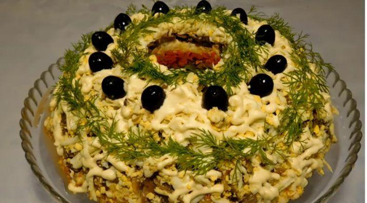 Вкусный и красивый салат «Купеческий» станет настоящим украшением праздничного стола.