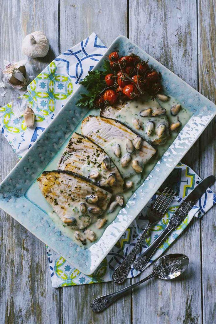 Il pesce spada con crema di patate e cozze è un secondo piatto gustoso e dalle note pugliesi; devi assolutamente provarlo, lo amerai molto!