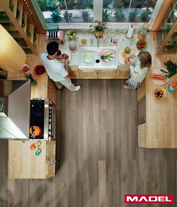 Já pensou em colocar piso vinílico na cozinha? Ele vem sendo muito utilizado por quem quer uma mudança rápida e de fácil instalação. O efeito visual é parecido com o da madeira e o resultado é fantástico. #dica #decoração