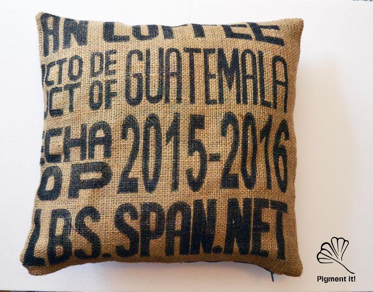 Housse, Coussin - jute/sac de cafe - Pillows, Recycled Coffee bags-  Typographie de la boutique Pigment it! sur Etsy