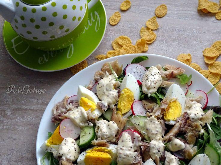 Sałatka śniadaniowa z makrelą i płatkami kukurydzianymi