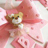 Questo fiocco nascita, con una tenerissima orsetta ballerina, con il suo tutù rosa nella parte centrale, è realizzato interamente a mano e personalizzabile nella scelta dei colori e del nome. Origi...