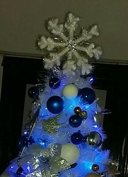 Un árbol blanco se ve mejor con un copo de nieve en la punta