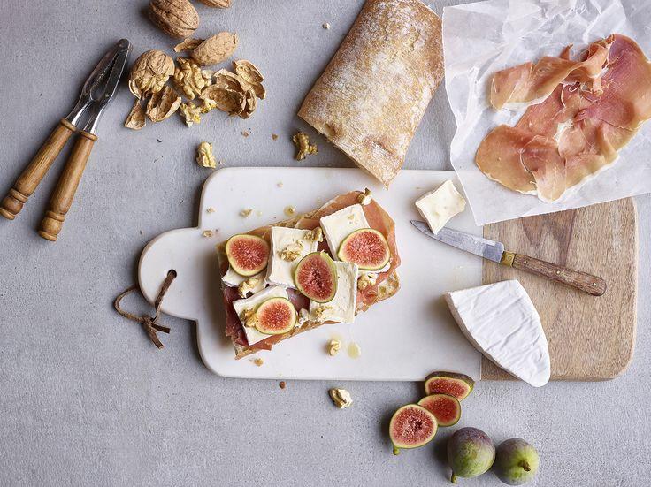 Ciabatta au Caprice des Dieux®, noix, figues et jambon cru