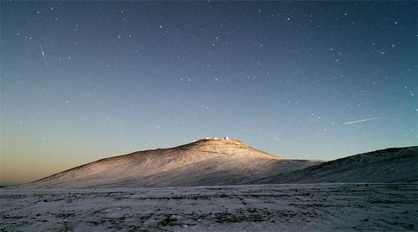 Chuva de estrelas cruza esta noite o céu noturno Os meteoritos Aquaridas atingem, esta terça-feira, o seu pico de atividade, prometendo iluminar os céus noturnos. A chuva de estrelas será mais visível no hemisfério sul, mas em Portugal também se poderá observar o seu rasto brilhante. Leia mais em: www.facebook.com/gracaetoluis?ref_type=bookmark
