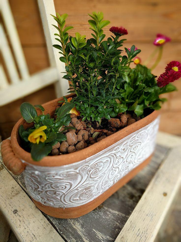 Květinový+truhlík+Popis+Květinový+truhlík,+vyrobený+z+terakotové+šamotové+hlíny,+pálený+na+1220+°C.+Glazovaný+bílou+prokreslovací+glazurou.+š+35/+v16/š+16+*lze+vyrobit+jakékoliv+množství+i+v+barevné+variantě+-+přírodní+viz.+obal+na+květináč+hranatý+v+mé+nabídce.