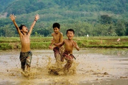 Sumantri Hadi Suseno: Children Play all day