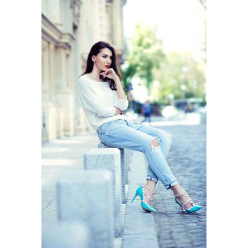 Ripped #jeans ✔️ white #shirt ✔️ cool pair of #pumps | Perfect mixture for a beautiful #summer day |