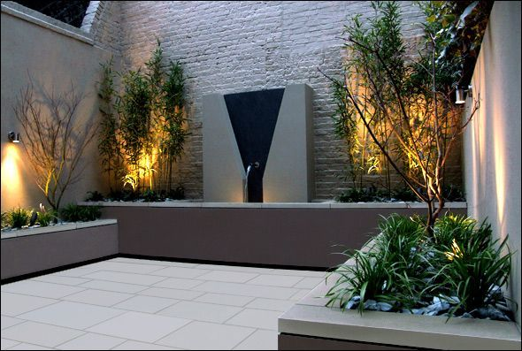 Small courtyard London :: contemporary garden design Ommuurde ruimte, let op belijning, licht, laag versus hoge begroeiing, bakken