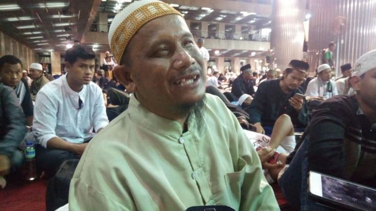 Penyandang Tuna Netra Turut Aksi 112: Kami Mau Bela Ulama  KIBLAT.NET Jakarta  Jari-jemari mereka lincah meraba Al-Quran versi Braille. Al-Quran khusus bagi tuna netra. Bagi mereka membedakan hurufalif lam mim dan huruf hijaiyah lainnya bukanlahkendala. Lantunan suara tilawah merekapun terdengar merdu.  Sebanyak enam belas orang tuna netra berjalan beriringan menuju barisan shof bagian depan di Masjid Istiqlal. Dengan memegang satu pundak ke pundak lain mereka melangkah mengikuti suara…
