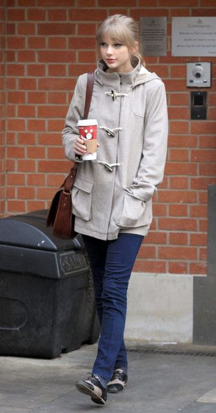 Taylor Swift Wool Coat - Taylor Swift ditched her favorite dresses for a cozy toggle coat and skinny jeans.