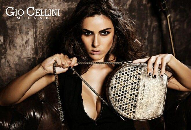 Cattura l'attenzione con il carattere glamour e grintoso della tracolla con borchie GIO CELLINI  Guardala qui > http://goo.gl/HwQ7s3   #giocellini #borsa #oro #donna #shopping #woman #tracolla #gold