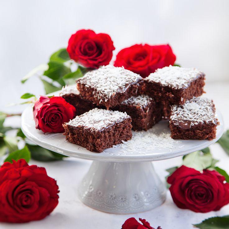 Baka kärleksmums i helgen! Dessa underbara bitar av långpannekaka tackar ingen nej till. Detta recept är enkelt och lättlagad, och smakar såklart ljuvligt!