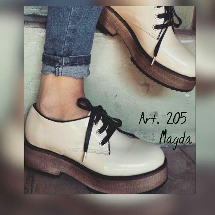 Bellos zapatos de charol crudo con base de goma eva