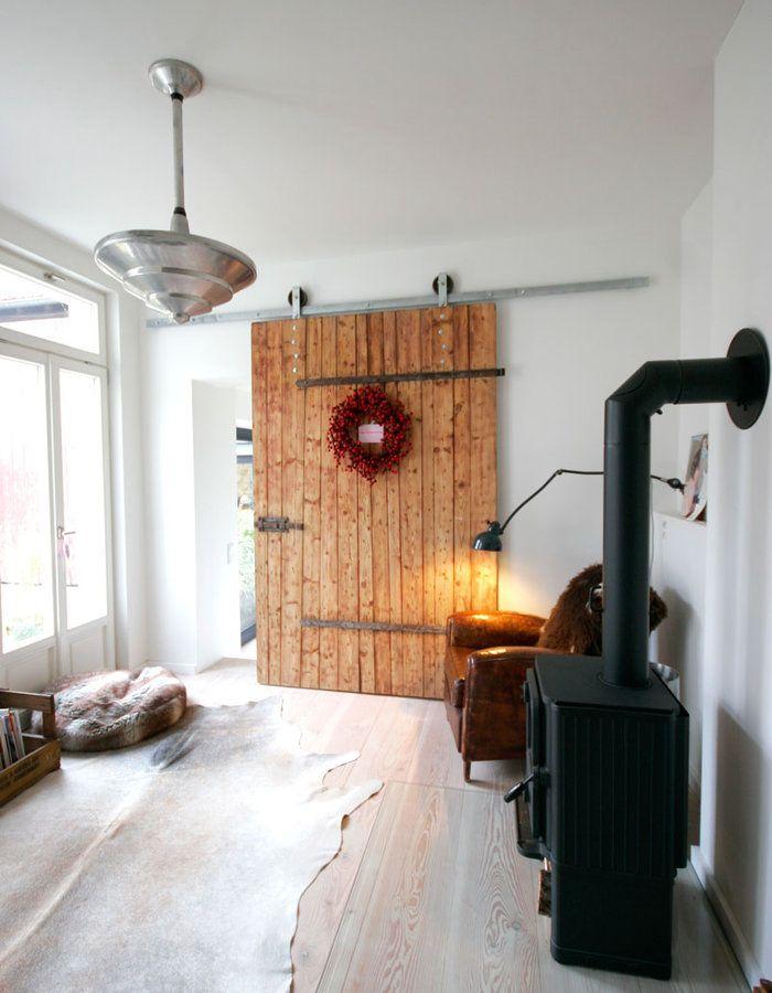 Aus alter Stalltür wird neue Schiebetür #interior #interiorideas #einrichtung #einrichtungsideen #deko #decoration #dekoration #wohnen #living #landhaus #landhaudstil #white Foto: Bini-Bee