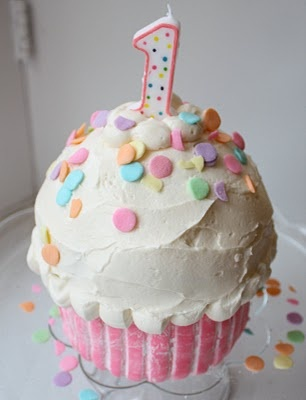 How to make a cupcake cake! I need to make Ella's smash cake because of her dairy allergy and this looks like something even I can handle!