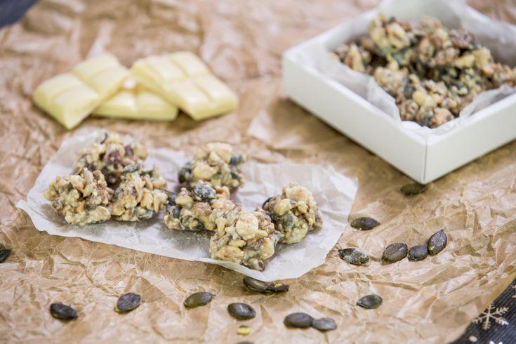 S přípravou bonbónů z bílé čokolády s oříšky a semínky každý rád pomůže. Ochutnávání je totiž sladkou odměnou.