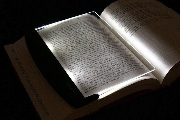 This unique LED panel produces a light eye-friendly light for 40 hours. Unlike regular reading lamps, it spreads the light only on the paper and without producing any heat. Apart from its basic function it doubles the function as a bookmark and page holder. Perfect for those who are sharing rooms or beds.