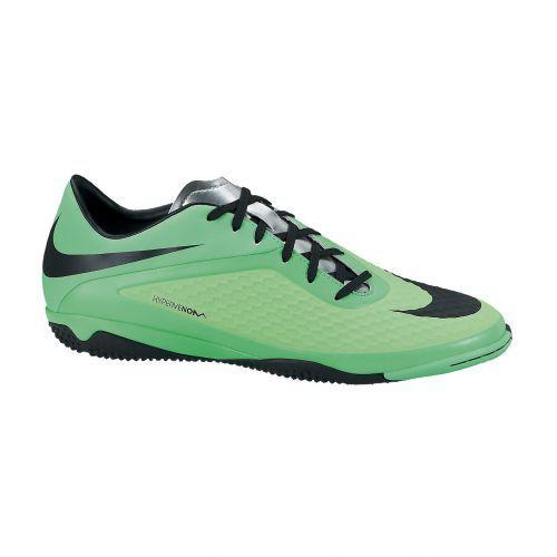 Zaalvoetbalschoen van het bekende sportmerk Nike. Deze schoen is ontworpen om de speler een ongeëvenaarde behendigheid te geven op indoor on...