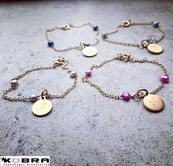 """""""Anemone"""" guld armbånd med 3 lyserøde ferskvands perler samt ID Tag inklusiv gravering"""