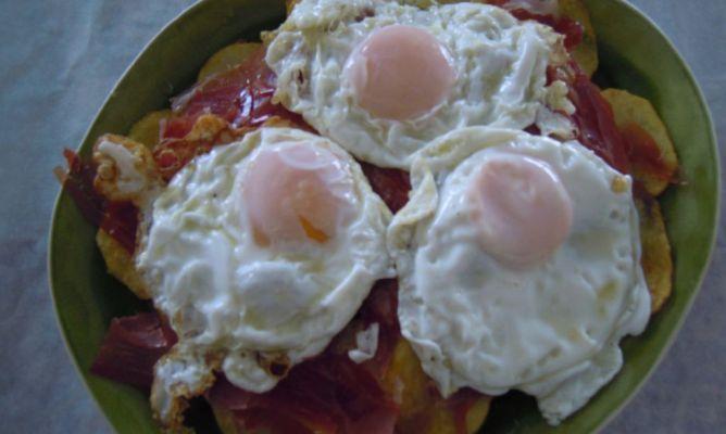 Huevos rotos con jamón.