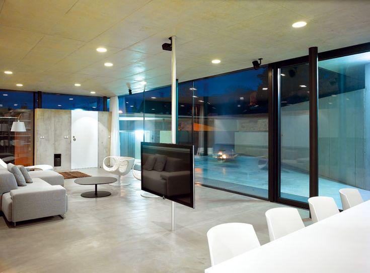 Bezrámová zasklení a jednotící materiál interiérové a exteriérové podlahy…