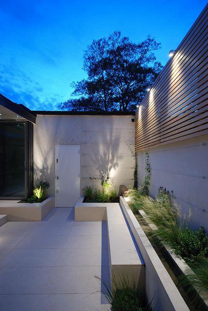 stunning lighting in a contemporary garden   adamchristopherdesign.co.uk
