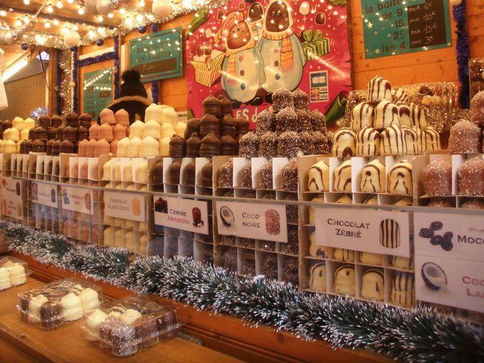 フランス北東部ドイツと国境を接するストラスブールはドイツの影響を受けた木組みが建ち並ぶ旧市街や威風堂々と聳える大聖堂が世界遺産美術館や博物館かつての牢獄だったヴォーバンダムなどが見所の街です クリスマス時期になると広場では甘い香りに包まれたクリスマスマーケットが繰り広げられますアルザス伝統のお菓子やお料理に舌鼓を打ちホットワインで体を温めながら街歩きを楽しんでみませんか