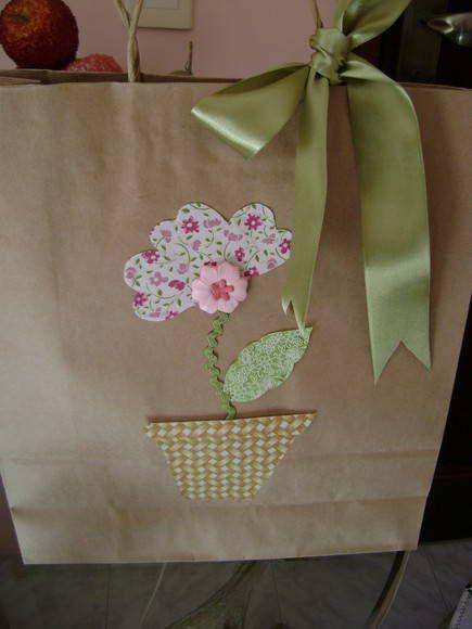 bolsa de papel cor parda com aplique em tecido de algodão  com laço de fita verde