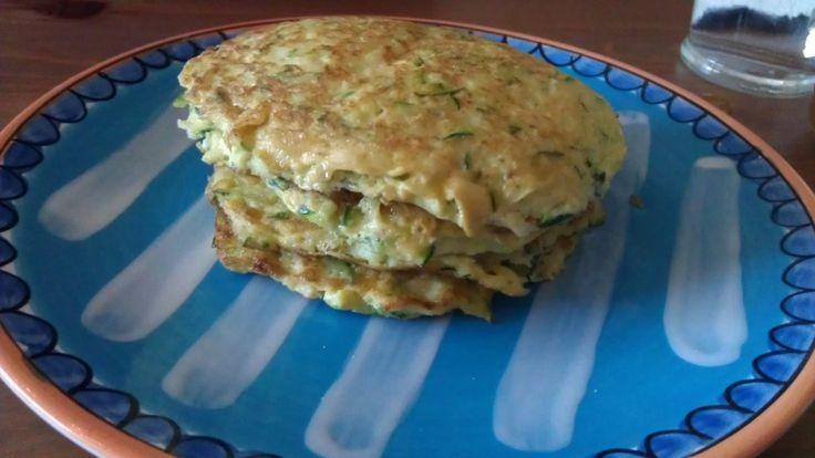 Deze paleo pannenkoekjes zijn makkelijk te maken en erg gezond vanwege de courgette. Lees in dit recept hoe je deze courgette pannenkoekjes zelf kunt maken.