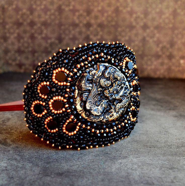 Chinese Dragon  luxusní vyšívaná čelenka vhodná jak pro denní nošení, tak - a to především pro vyjímečné chvíle.. použit je až na japonskýbrokát výhradně český materiál.. 1 velký kabošon o průměru 4,5 cm ( materiál pryskyřice, černozlatá barva, motiv čínský drak - vlastnoruční výroba - odléváno z čínského řezaného jadeitu), a ploškované ...
