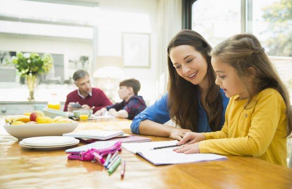 Può succedere: il bambino sta sui libri, ma i risultati non si vedono. Oppure gli insegnanti si lamentano che è intelligente ma non si applica. I genitori possono fare molto per dare una mano, a partire dai compiti a casa. Ecco come farlo con i suggerimenti ispirati al metodo Feuerstein.