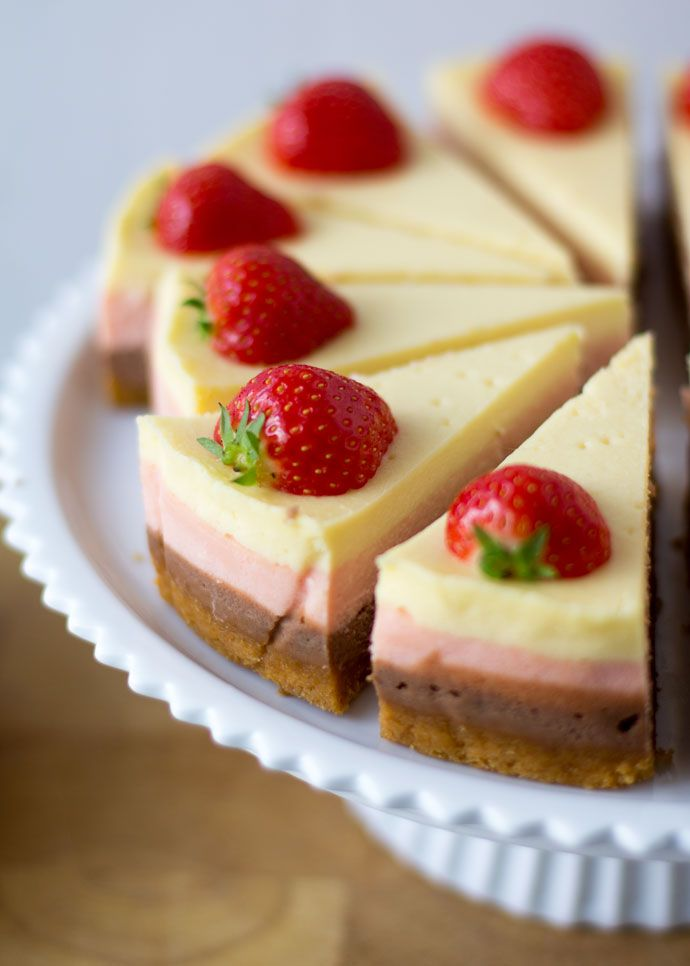 Om eerlijk te zijn had ik nooit gedacht dat de cheesecake er zo prachtig uit zou komen. Het maken van een layered chocolade cheesecake met aardbeien was een ideetje dat ik had, maar waarvan ik niet zeker wist of het uitvoerbaar was. Ik wilde heel graag strakke laagjes en daarvoor zou ik de lagen om...Lees Meer »