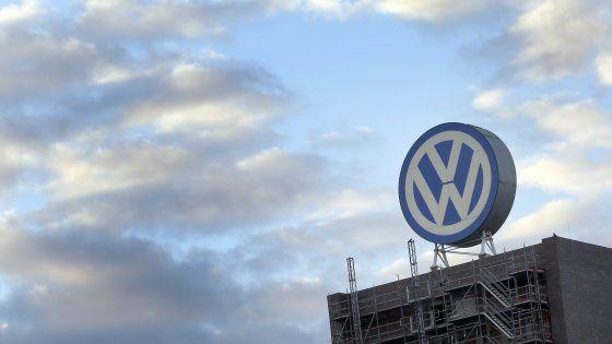 Accordo tra la casa di Wolfsburg e i lavoratori: saranno uscite morbide e prepensionamenti, sospesi i licenziamenti fino al 2025. Per il rilancio si punta