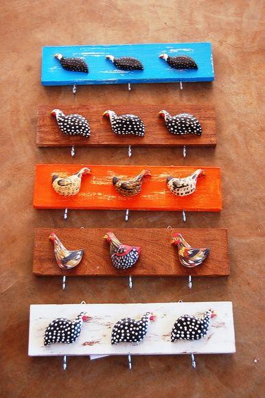 Lindo porta chave ou porta pano de prato com galinhas de madeira.  Dá um charme caipira à sua cozinha. Escolha a galinha e a cor da madeira, personalize o seu! R$ 33,00